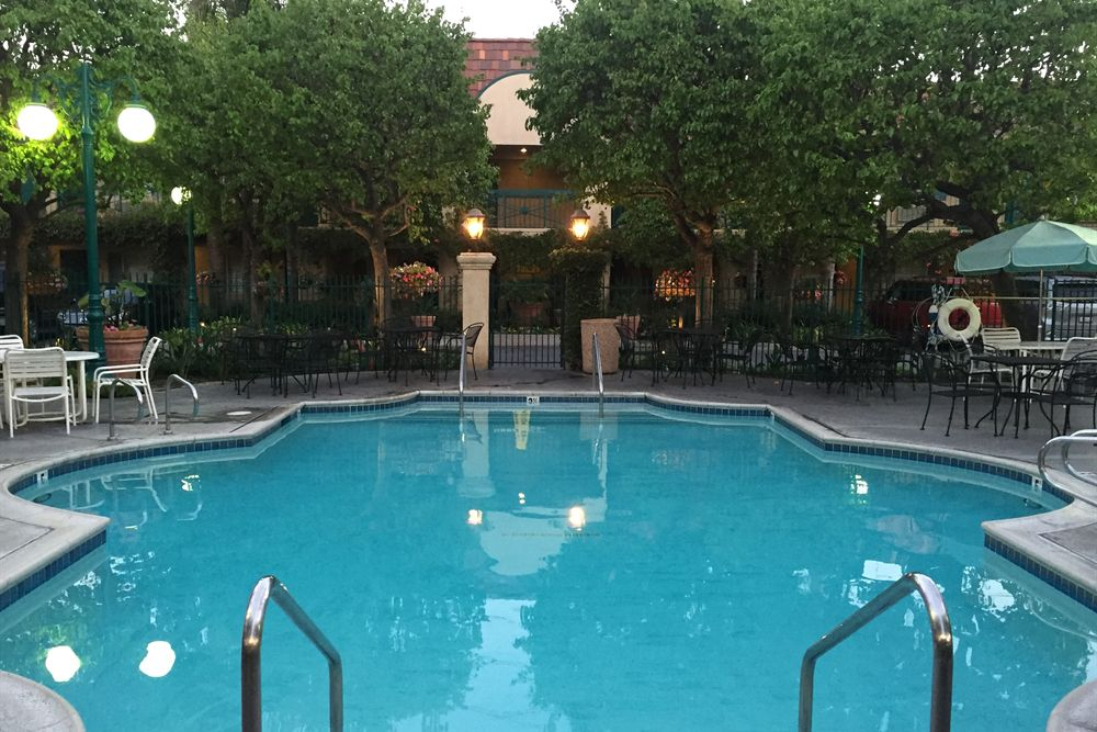 anaheim hotel with pool
